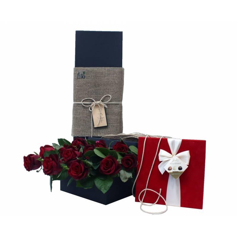 Κουτί με λευκά τριαντάφυλλα